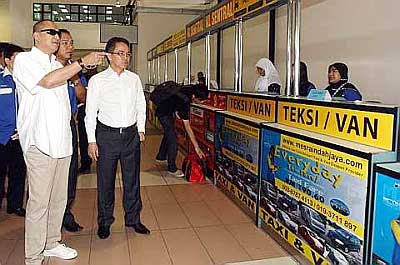 Airport walkabout : Nazri Abd Aziz (left) and Liew touring the LCCT where they had a dialogue with bus and taxi drivers yesterday. Accompanying them was Mesra Indah Jaya general manager Norhisam Bajuri.